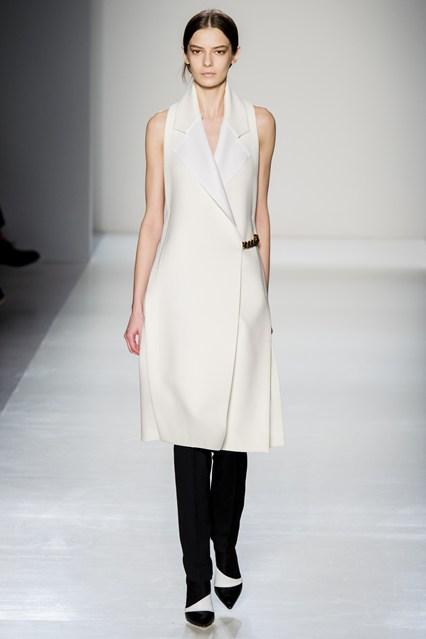 (Викторија Бекам) Палто без ракави на преклоп со едноставен крој.  Фантастично