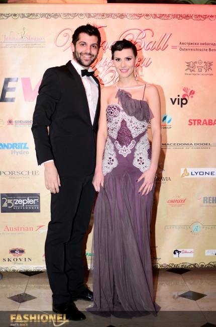 Шармантната Сара Мејс во елегантен фустан на Елена Лука
