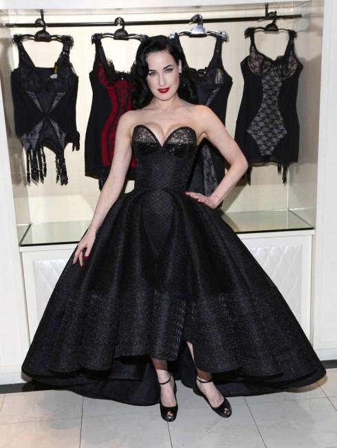 Дита вон Тис во креација на Зак Посен на својата промоција на новата колекција за долна облека во Њујорк.