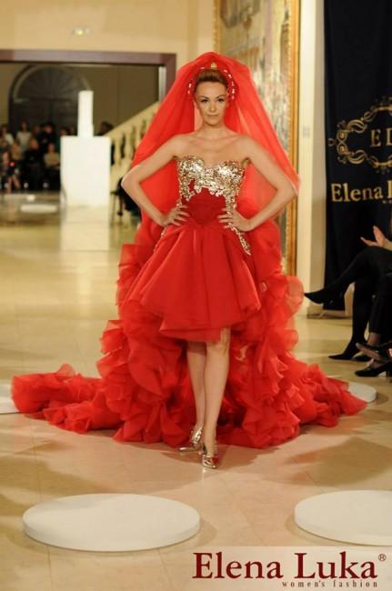 """Дунавка се појави во раскошен црвен фустан од најновата колекција на Елена Лука """"Златни узди"""""""