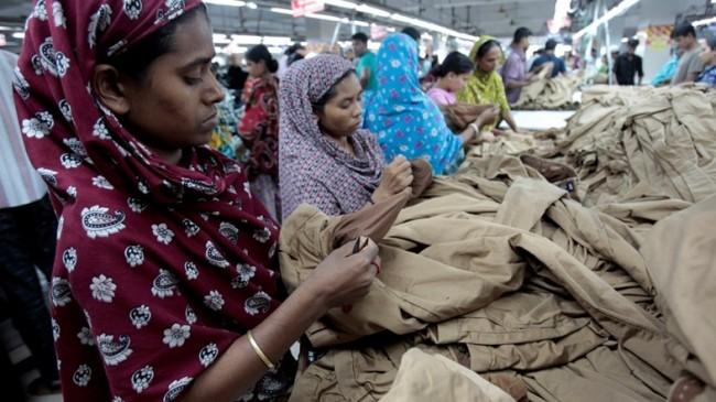 жени во фабрика во Бангладеш