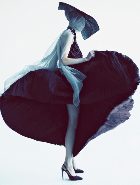 шапка - Џорџо Армани, фустан - Ботега Венета