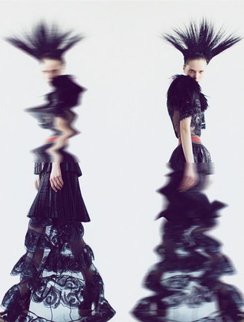 додатокот за глава од пердуви- Ерика Џавитс, фустан од пердуви - Луј Витон, кожено здолниште Александар Меквин