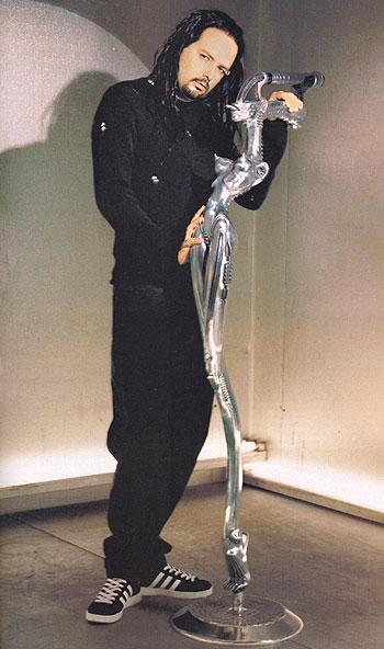 Познатиот држач на микрофон наменски изработен за Џонатан Дејвис, пејачот на Корн