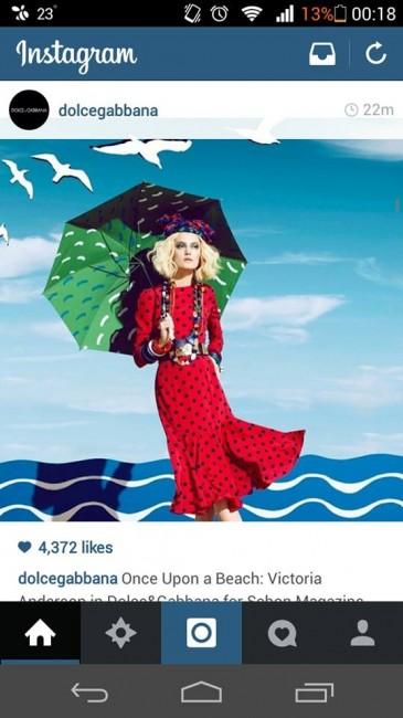 Викторија Андерсон носи Долче и Габана во симулиран амбиент на плажа за магазинот Schon