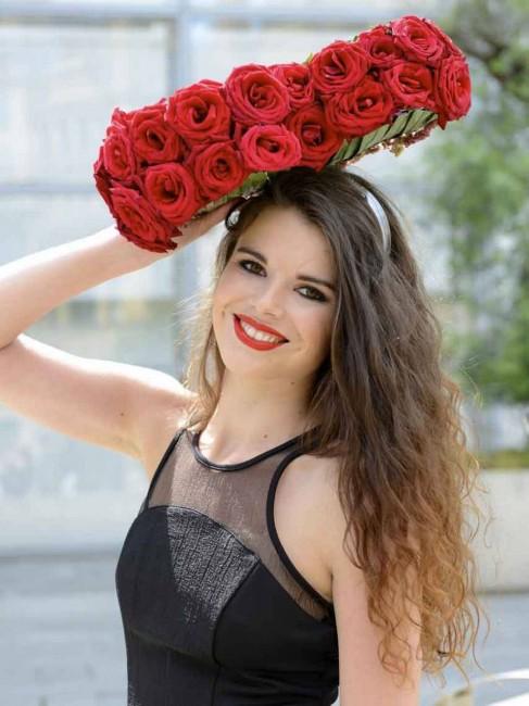 шапка од црвени рози