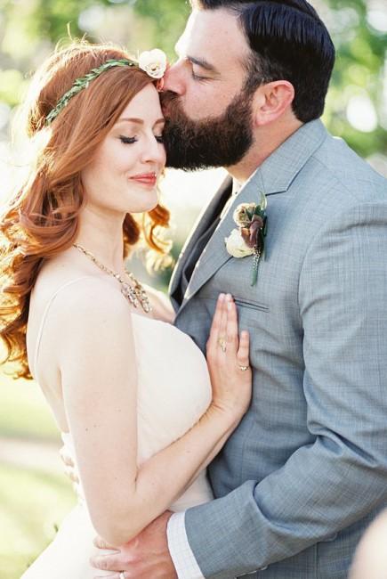 Рустични детали - нејзиното венче + неговиот цвет на палтото