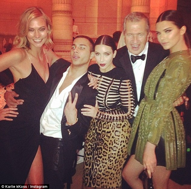 Vogue гала вечера: Ким Кардашијан, Кендал Џенер, Марио Тестино и Карли Клос