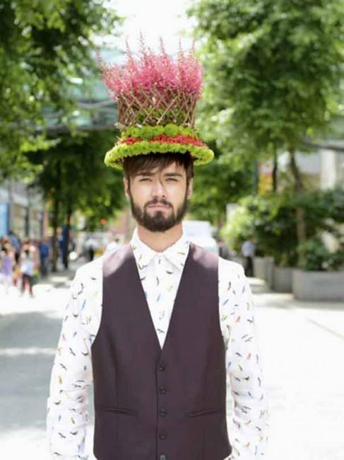 шапка од астилба, аспарагус и хризантеми