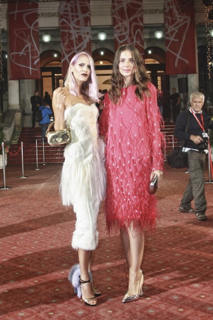Марина и Нина. Нина носи фустан на Dries Van Noten и чевли од United Nude