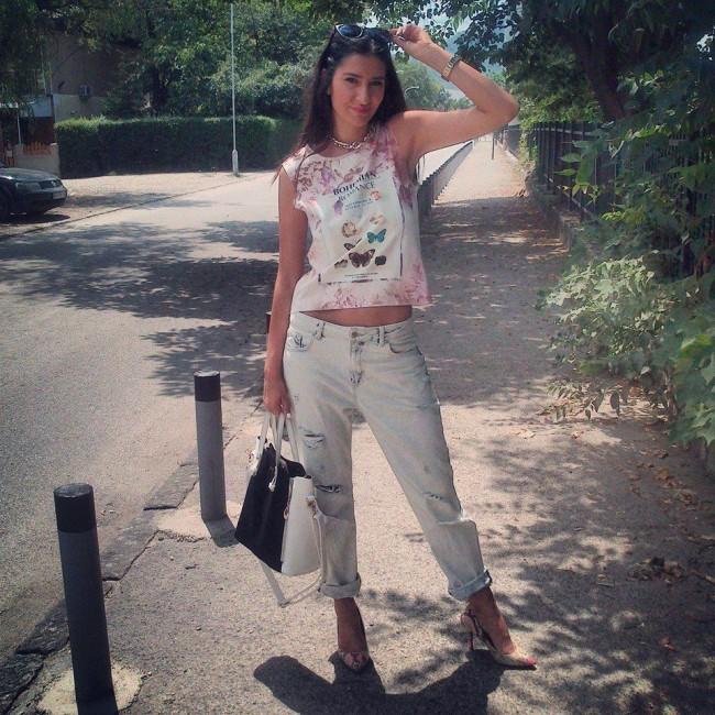 Бојфренд фармерки споени со кратка принт маичка од пастелни нијанси. Ваквиот крој на фармерки барем за мене создава идеален спортско-женствен изглед и секако стајлинзите комплетирани со нив ми се посебно драги