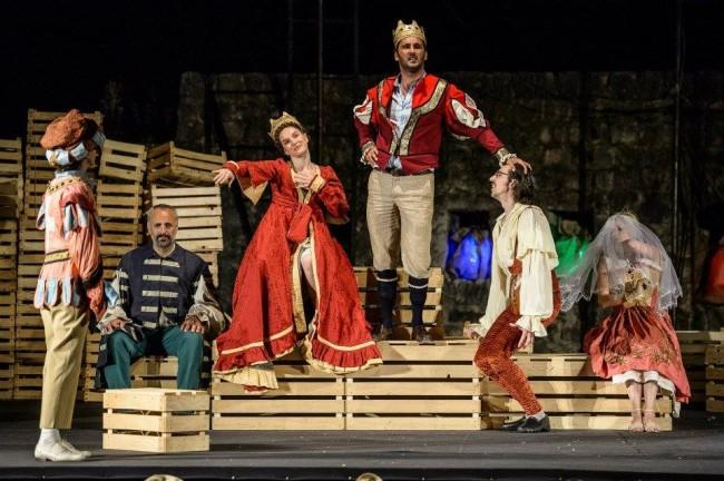 костимите во претставата Хамлета у селу Мрдуша Доња се изработка на Ивана Муришиќ