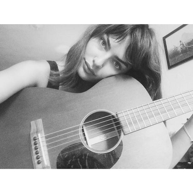 Алиса Милер позира со својата гитара