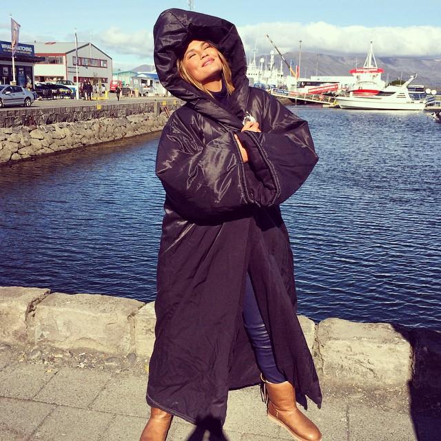 Криси Тајген ужива во сончевото време во Исланд