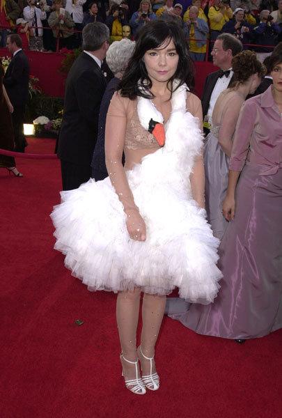 """Ексцентричната Бјорк во легендарниот фустан """"лебед"""""""