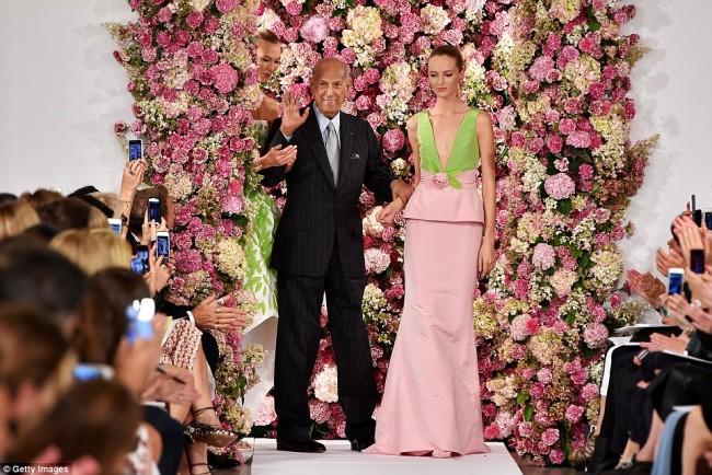 Дизајнерот со моделите од последната колекција на модната недела во Њујорк