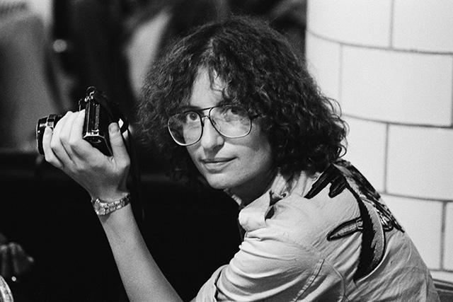 Ени Либовиц фотографирана во 1975 година додека работи за списанието Rolling Stone