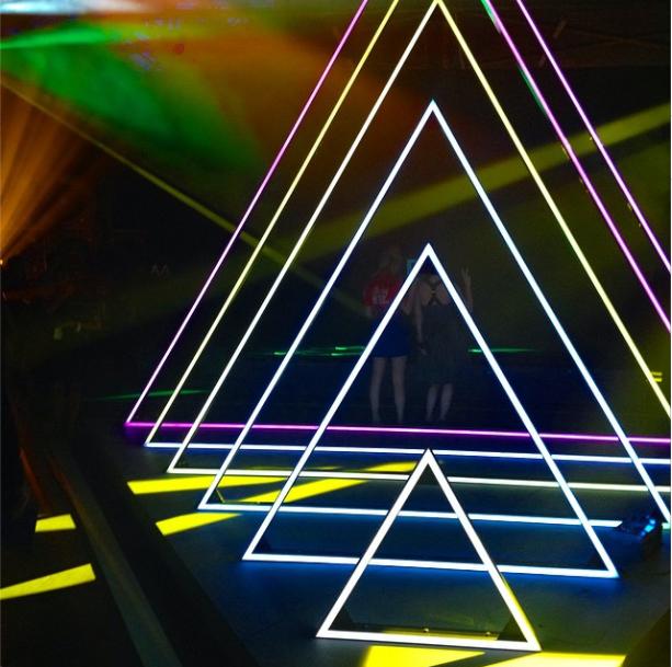 Футуристички светлечки пирамиди на шоуто на Марк Џејкобс