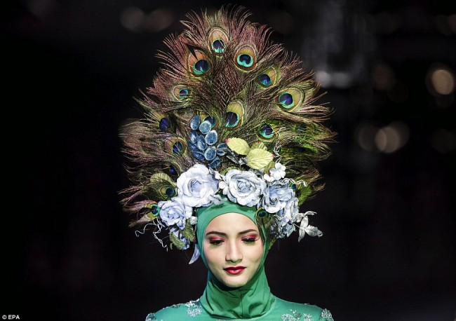 2343800E00000578-2839310-A_model_presents_an_intricate_headdress_by_Malaysian_designer_Ca-63_1416318062992