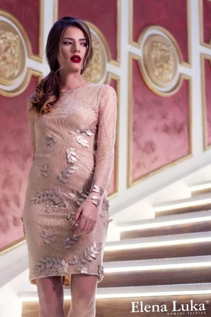 Коктел фустан во нежна златна боја, изработен од чипка со аплицирани детали.