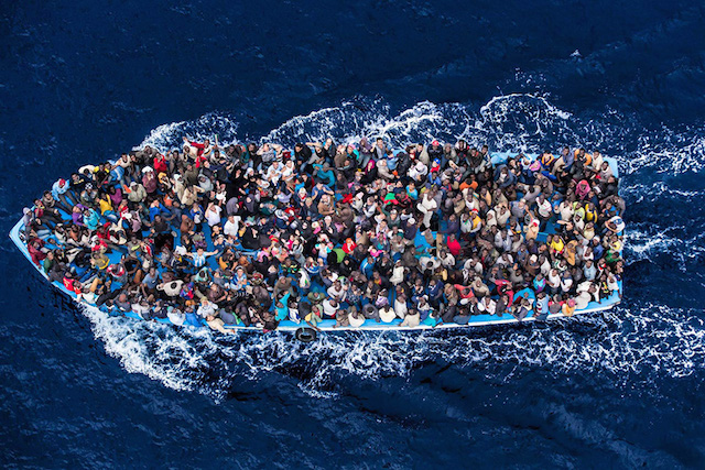 Фотографија на Масимо Чентени. Имигранти од Блискиот Исток и Африка заедно на еден брод