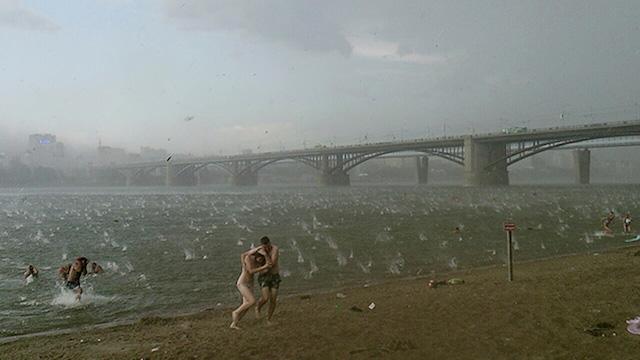 Фотографија на Никита Анџелика. Борба со џиновски капки дожд.