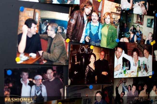 Владо и Бајага на паното со фотографии во Џубокс