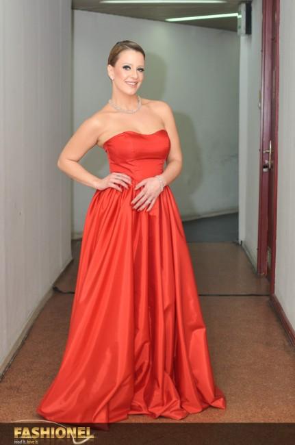 Тамара Тодевска во црвена тоалета на модната куќа Елена Лука