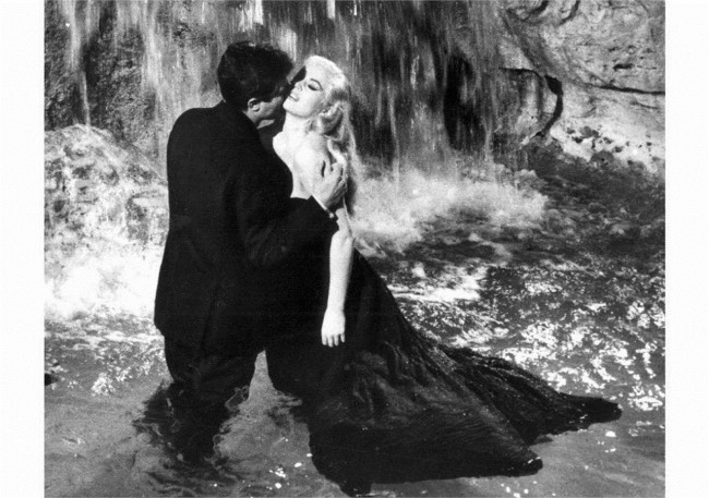 Анита Екберг со Марчело Мастројани во легендарната сцена од филмот La dolce vita - сниман 1960 - та година