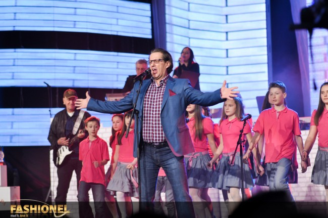 Игор Џамбазов во придружба на детски хор ја отпеја песната Another brick in the wall