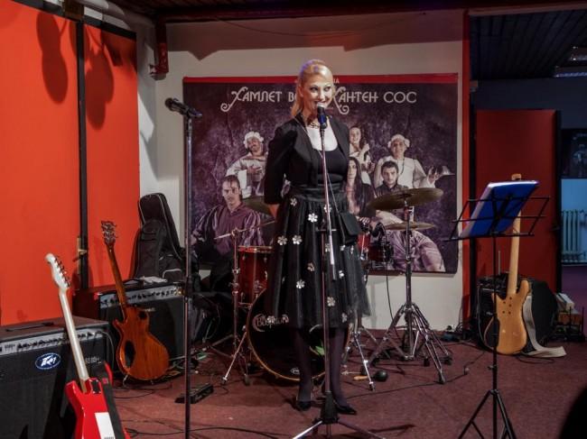 Јелена Жугиќ на прославата, во креација на Елена Лука