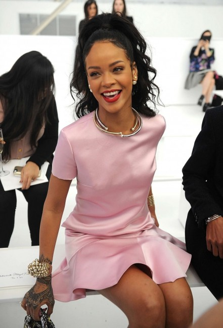 rihanna-looks-too-beautiful-at-dior-fashion-show-you-need-to-see-her-photos-sosnation.com-6