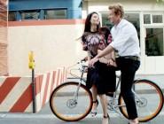 Сајмон Бејкер на велосипед низ Париз го промовира новиот парфем на Живанши
