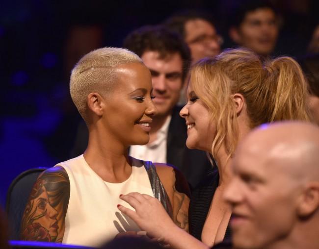 Момент пред бакнеж - Ејми Шумер и Амбер Роуз за малку ќе се бакнеа, а иако спонтан, ова беше оценет како еден од полошите моменти на манифестацијата