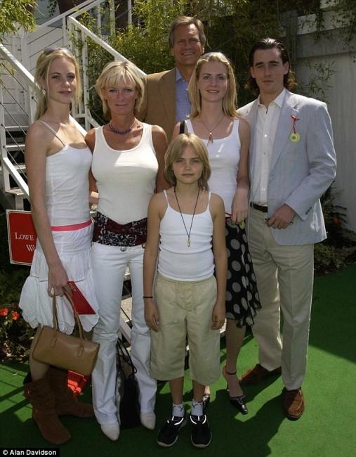 10 годишната Кара со родителите Пандора и Чарлс и двете сестри Попи и Клои, со веќе сега поранешниот сопруг