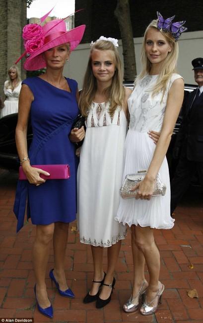 Кара (15) со нејзината мајка Пандора и сестрата Попи на свадбата на најстарата сестра Клои во 2007 година